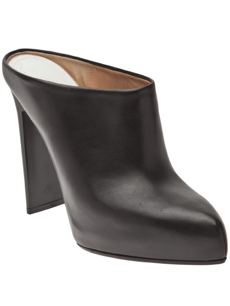 MAISON MARTIN MARGIELA closed toe bootie