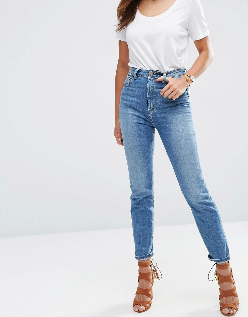 415708a809d 10 Ways To Style Your Mom Jeans - The Closet Heroes