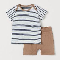 Set with T-shirt and shorts in soft, organic cotton jersey. T-shirt with overlapping sections at ... | H&M (US)
