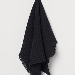 Hand towel in waffled cotton fabric. Fringe at short sides and hanger loop on one long side.   H&M (US)