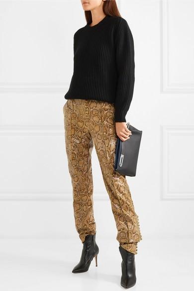 6f3379f5ab1da1 Hier shop je nepleren broeken die eruitzien alsof ze van echt leer zijn    De allercoolste faux leather skirts van dit moment!